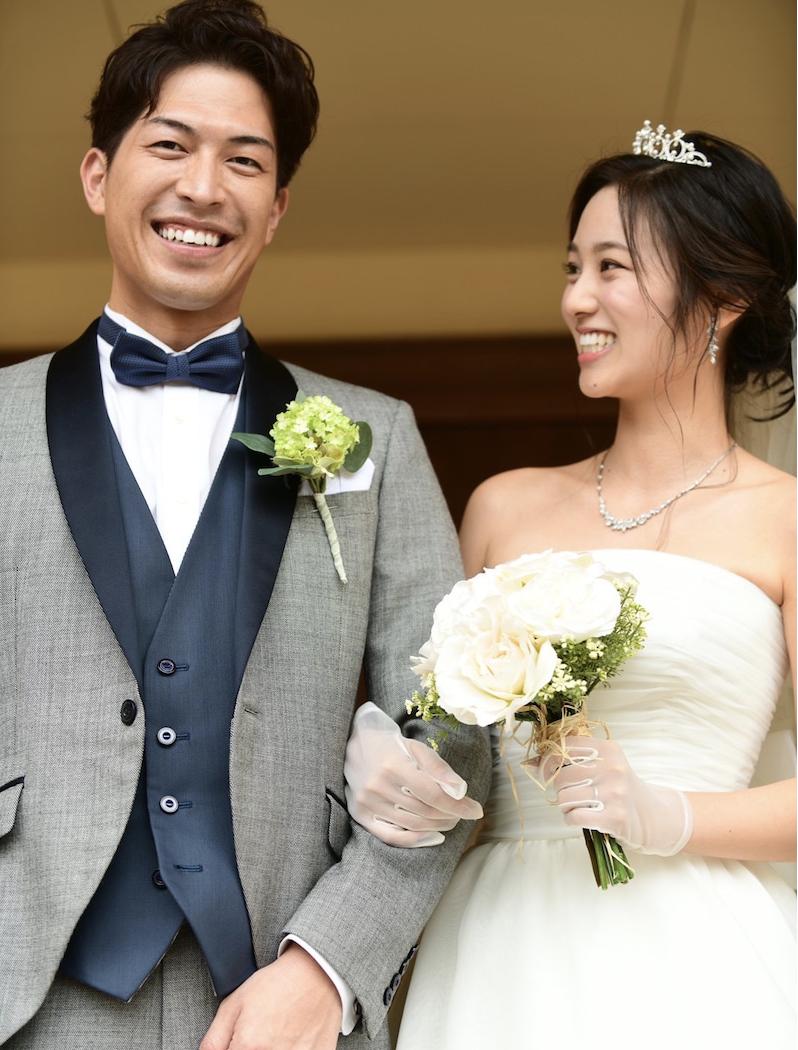 結婚式をする濱崎麻莉亜と西片圭佑