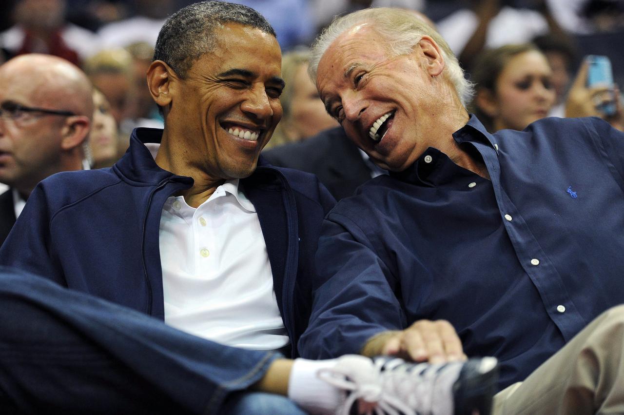 オバマ大統領と笑い合うバイデン
