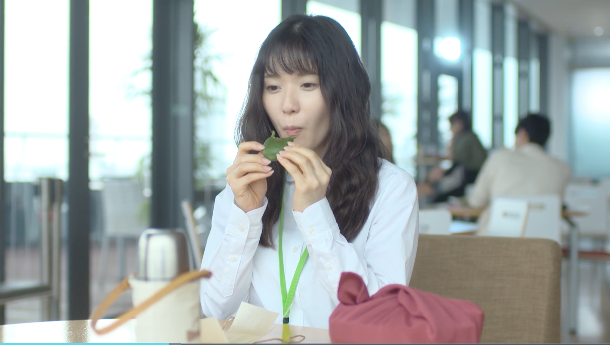 草餅を食べる松岡茉優(カネ恋1話より)
