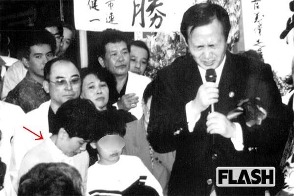 1987年・横浜市議選(矢印の女性が真理子夫人)