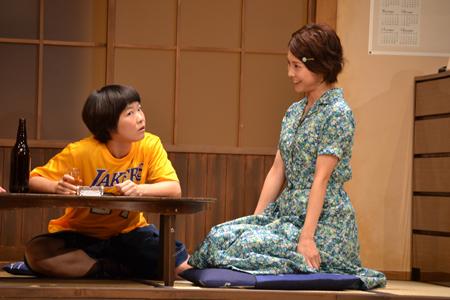 舞台『君となら』で共演した竹内結子とイモトアヤコ
