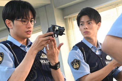 「未満警察 ミッドナイトランナー」左・中島健人 右・平野紫耀