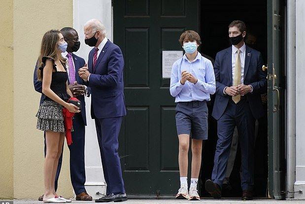 2020年9月 ナタリー・バイデンの堅信式にて 半ズボンの少年がロバート・ハンター・バイデン2世