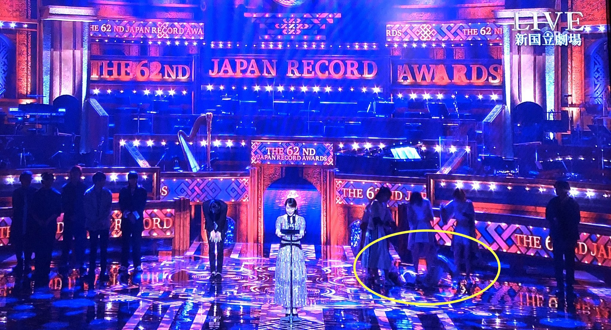 第62回日本レコード大賞の最優秀新人賞の発表で倒れる豆柴の大群