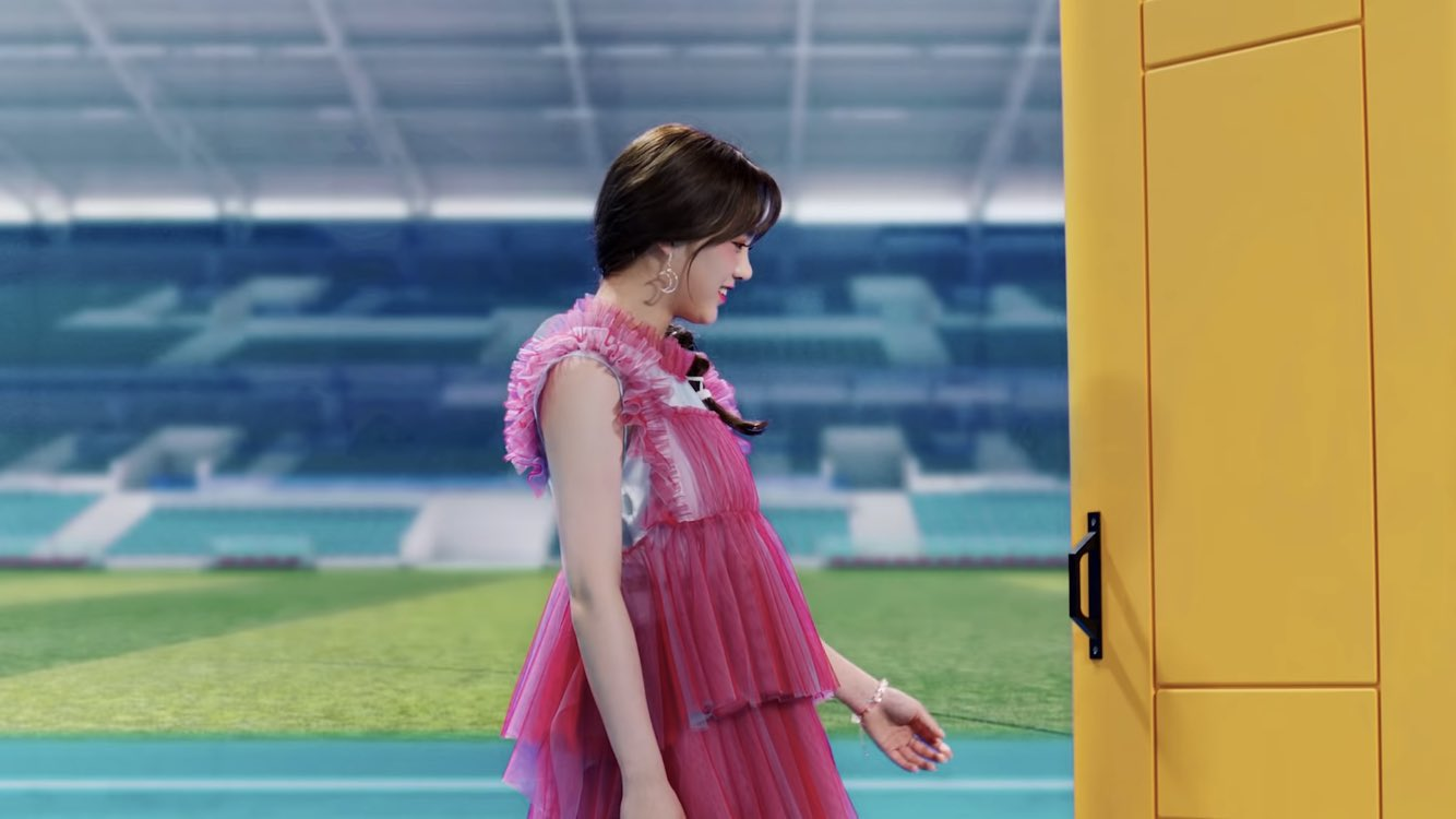 NiziUデビュー曲「step and a step」MVより