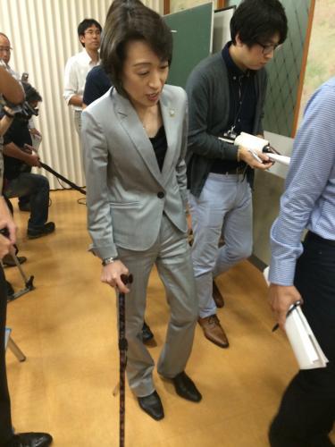 2014年 杖をつく橋本聖子氏(引用元:スポニチ)