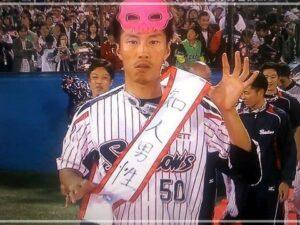 「知人男性」のタスキをかける上田剛史
