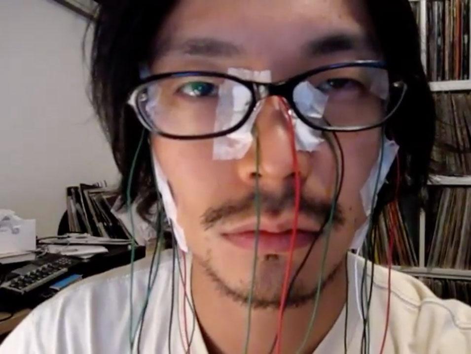 顔面筋電位センサー動画の真鍋大度