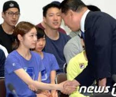韓国式握手をするキムヨナ選手