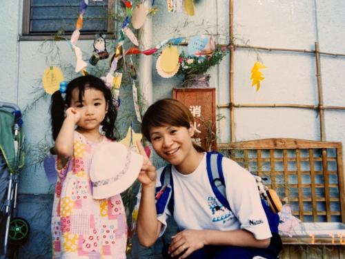 幼少期の伊藤美誠と母親の伊藤美乃り
